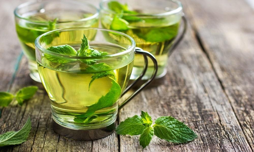 Мятный чай обладает множеством лекарственных свойств - снимает боль, воспаление, купирует спазмы, улучшает выработку ферментативных веществ