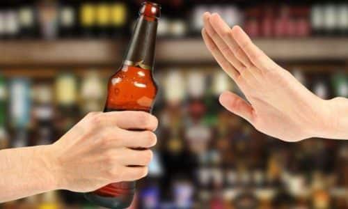 Полный отказ от алкоголя способствует улучшению процессов пищеварения и общего состояния пациента