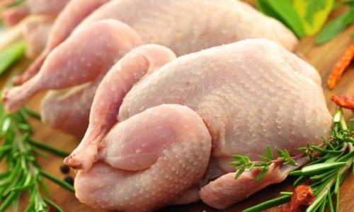 Куриное мясо легко усваивается и допускается в пищу многими диетами, в т.ч. рекомендуемой для больных с заболеваниями поджелудочной железы диеты №5