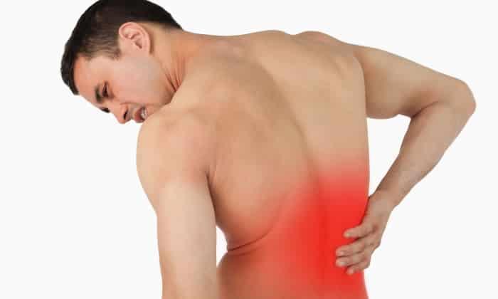 Болевой синдром имеет опоясывающий характер, отдает в поясницу, желудок и спину