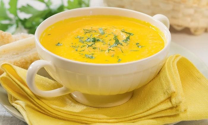 В овощной суп-пюре можно добавлять разные комбинации разрешенных при панкреатите овощей: тыквы, картофель, кабачки, морковь, брокколи