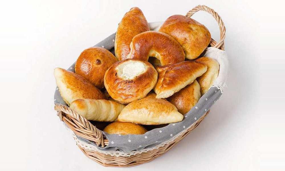 От сладостей, в составе которых присутствуют вредные жиры и сахар в большом количестве, придется отказаться. Это сдобная выпечка, бисквиты с кремом и др