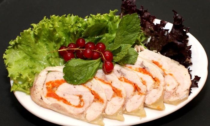 Курица может выступать как составляющая для холодных закусок или салатов