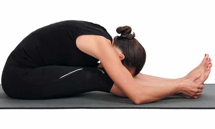 Пашчимоттанасана - выполняется из исходного положения, сидя на полу с вытянутыми вперед ногами