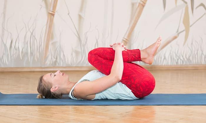 Паванамуктасана - из положения, лежа на спине, поднимите на выдохе правую ногу и прижмите колено к груди, через 10-15 секунд вернитесь в исходное положение, повторите упражнение другой ногой
