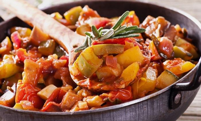 Курица участвует в сборных мясо-овощных смесях или рецептах (рагу, потофе, запеканки, рулеты, фаршированные овощи)