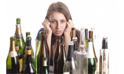 Этиловый спирт вызывает расширение кровеносных сосудов и отек протоков, поэтому даже небольшая доза алкоголя может стать причиной болевого приступа