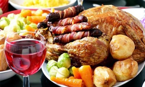 Больной орган получает двойную нагрузку и скорее отреагирует обострением в случае приема крепких спиртосодержащих напитков с жирной, калорийной пищей