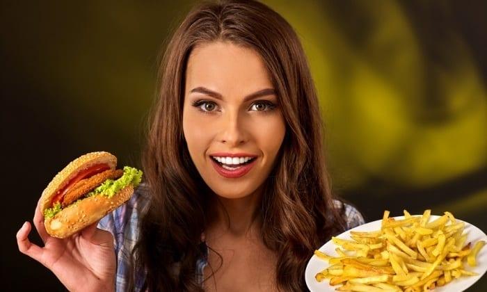 К факторам, способным спровоцировать появление отечного панкреатита относят употребление жирной и жаренной пищи