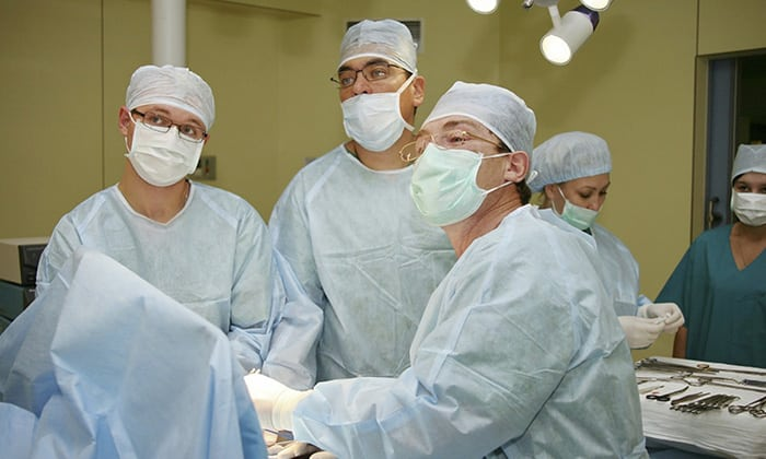 Новообразования после обследования лечатся онкологом, при травмах и кишечной непроходимости больному может понадобиться операция