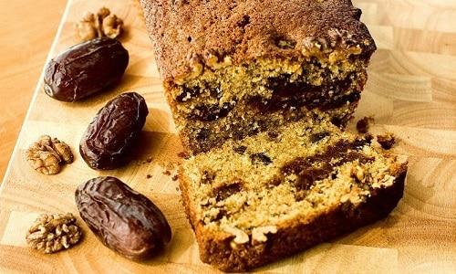 В кекс с финиками по желанию можно добавить горсть орехов