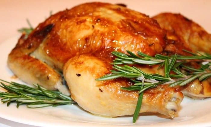 Мясо курицы готовиться как основное блюдо (вареное, тушеное, запеченное) как целиком, так и отдельными частями, а также в виде перемолотого либо протертого фарша