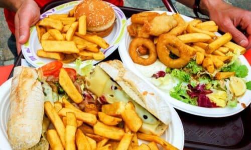 Из рациона больного на длительное время исключаются жирные, копченые, соленые и маринованные продукты