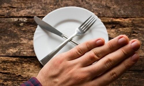 При обострении панкреатита 1-2 дня рекомендуется голодать