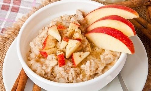Геркулесовую кашу для больного панкреатитом и холециститом можно готовить с яблоками