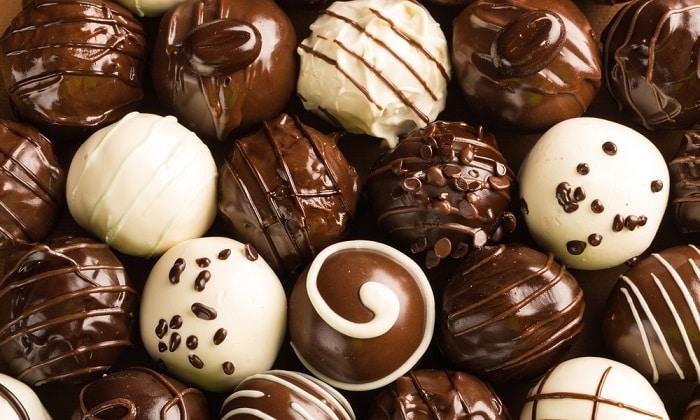 Шоколадные изделия так же следует исключить