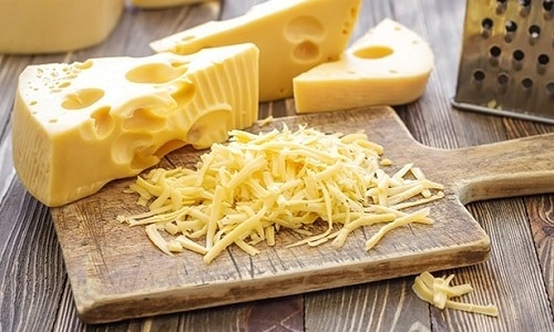 Когда омлет станет густым, сверху необходимо посыпать его натертым сыром