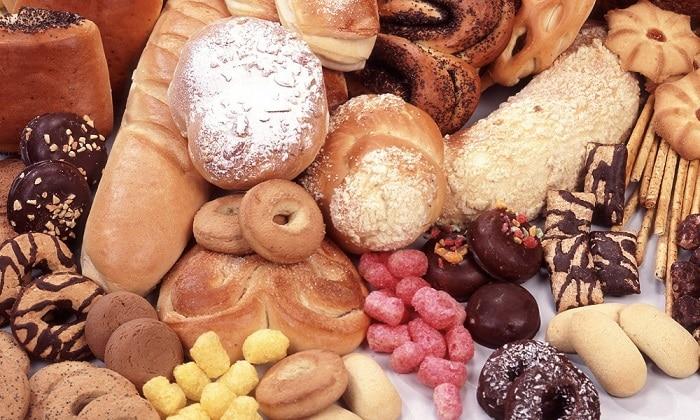 Запрещено есть сладости: шоколад, сдоба, жирные кремовые кондитерские изделия, мороженое, сгущенное молоко