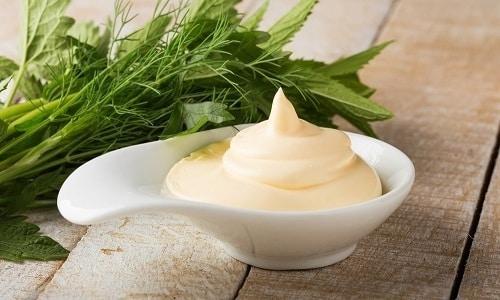Сметану в полезный и вкусный овощной суп добавляют в тарелку порционно