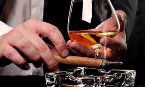 Мужчины в большей степени подвержены этому заболеванию ввиду пристрастия к спиртным напиткам и жирной пище
