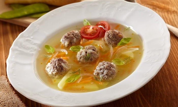 Перекрученному мясу в виде фрикаделек в супе следует отдать предпочтение сразу после обострения