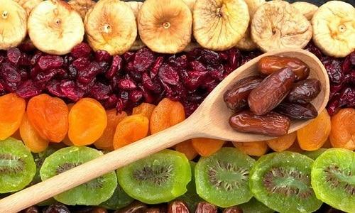 Сухофрукты сохраняют всю пользу свежих плодов и часто включаются в диетическое меню при различных заболеваниях желудочно-кишечного тракта