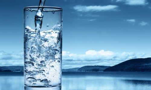 Если больной придерживается трезвого образа жизни, то под тост он может поднять бокал с водой без газа