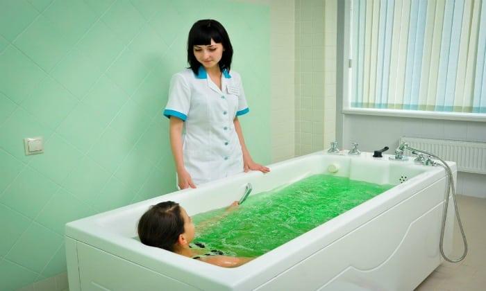 Достаточно хорошо помогают больному человеку ванны с добавлением хвои