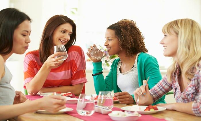 Вздутие живота случается во время приема пищи, особенно, когда человек торопится, да еще при этом плохо пережевывает