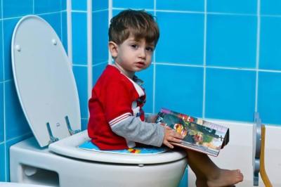 Вторая частая причина геморроя у детей - долгое сидение на горшке