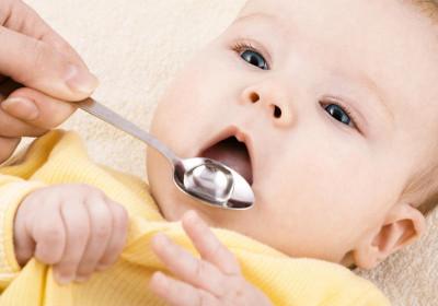 Ребенка следует поить дробно и часто, то есть питье необходимо давать по чайной ложечке каждые 5 минут.