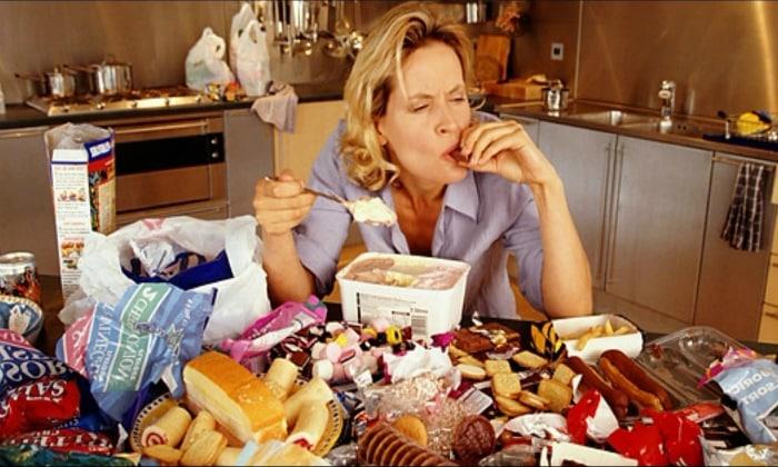 Объяснением боли слева под ребрами после еды может крыться переедание