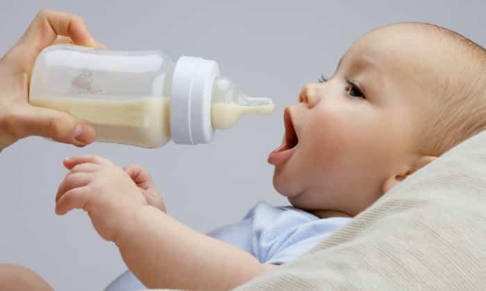 Для младенца, находящегося на искусственном вскармливании, также характерны цветовые изменения каловых масс