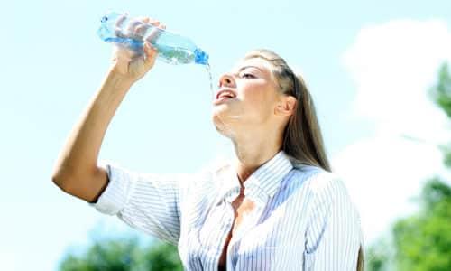 При диареи нужно обильно пить, лучше чистой и кипяченой воды. Можно употреблять водно-солевые растворы, которые должны быть в домашней аптечке каждого
