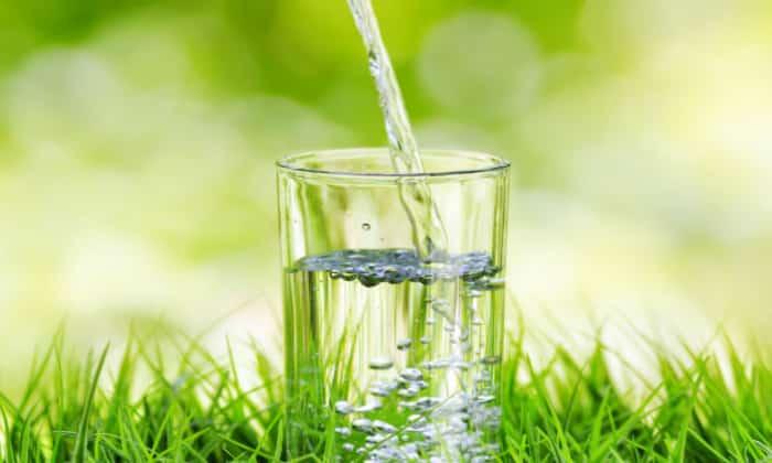 Для снижения концентрации соляной кислоты врачи советуют за 30 минут до еды выпивать по 1 стакану прохладной воды