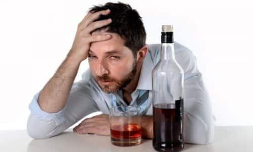Если после злоупотребления алкоголем человек себя чувствует очень плохо, надо срочно вызвать бригаду врачей