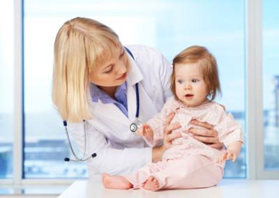 После появления первых же признаков вышеописанного заболевания необходимо отвезти ребенка на осмотр к детскому врачу