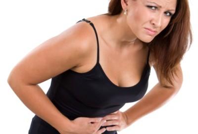 Приступы печеночной колики возникают спонтанно, сопровождаются сильными резкими болями в правом подреберье