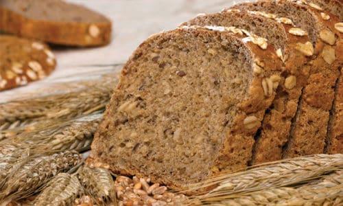 При недуге питание должно быть богато волокнами, потому в рационе непременно должен присутствовать отрубной хлеб