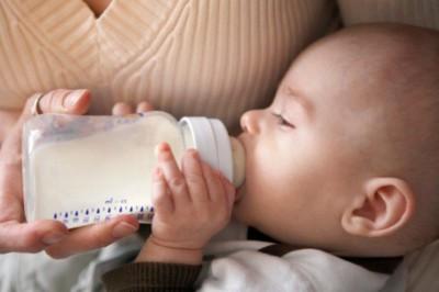 Врач может порекомендовать временно перейти на кормление ребенка с помощью специальных лечебных смесей