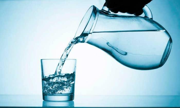 Следует пить много жидкости, лучше всего воду без газа