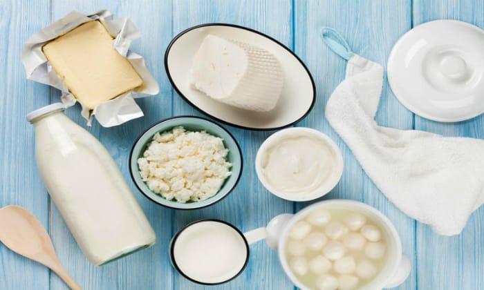 При рвоте и поносе исключаются все молочные продукты, кроме грудного молока
