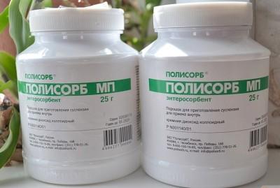 Кишечные интоксикации разной природы и формы при пищевом отравлении лечат с помощью препаратов, которые имеют большой спектр противотоксичных свойств, например Полисорб