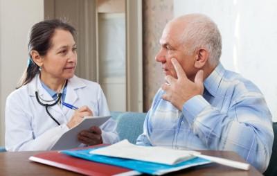 При осмотре пациента с хроническим холецистопанкреатитом врач может обнаружить белый налет на языке, «заеды» в уголках рта, излишнюю сухость кожных покровов, расслаивание ногтевых пластин