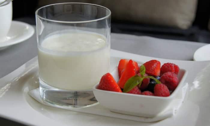 Хорошо на ночь пить стакан свежего кефира, это способствует нормализации работы кишечника