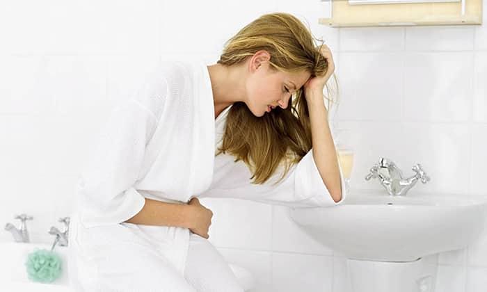 При панкреатите у пациента может пересыхать рот, возникать икота, тошнота и отрыжка