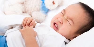 Лактозная недостаточность у детей (до 6 месяцев) проявляется вздутием живота