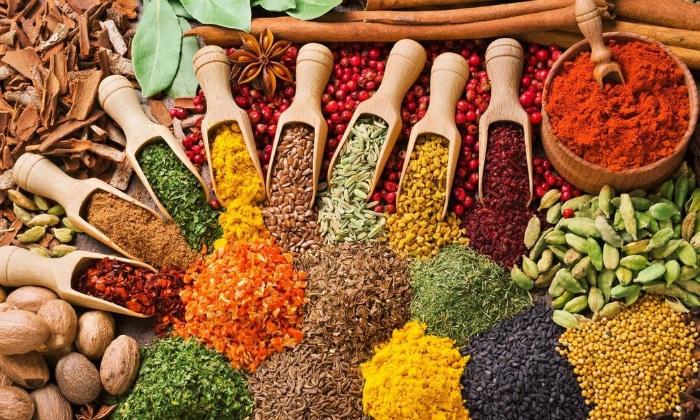 К продуктам, которые становятся причиной газообразования в кишечнике и брожения, специалисты относят специи и пряности
