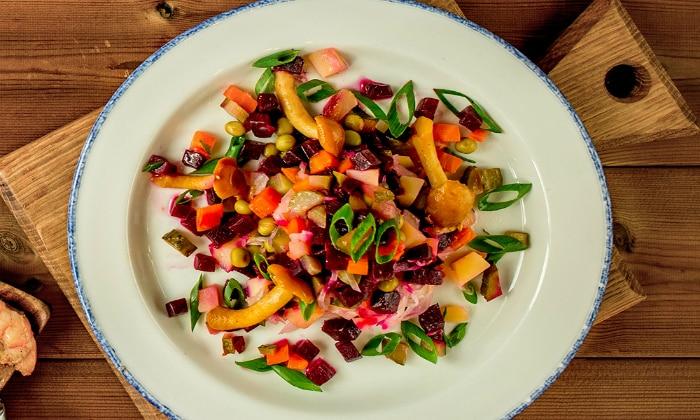 На первый завтрак подается салат из отварных овощей (морковь, свекла), заправленный подсолнечным или оливковым маслом