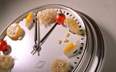 Чтобы оказывать благоприятное влияние на хронический колит, питаться необходимо регулярно, а объем пищи не должен быть большим, при этом количество приемов в сутки достигает 6 раз
